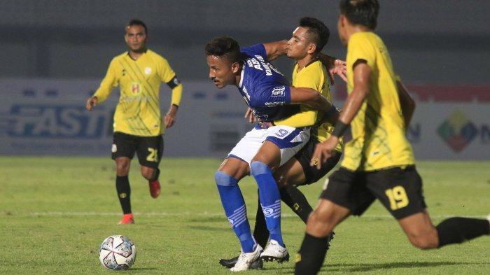 Pemain Barito Putera saat berduel dengan penggawa Persib Bandung dalam lanjutan pekan perdana Liga 1 2021 pada Sabtu (4/9/2021).
