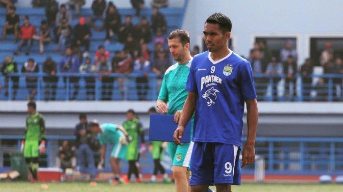 Pemain baru Persib Bandung, Frets Butuan (depan) dan pelatih Miljan Radovic (belakang).