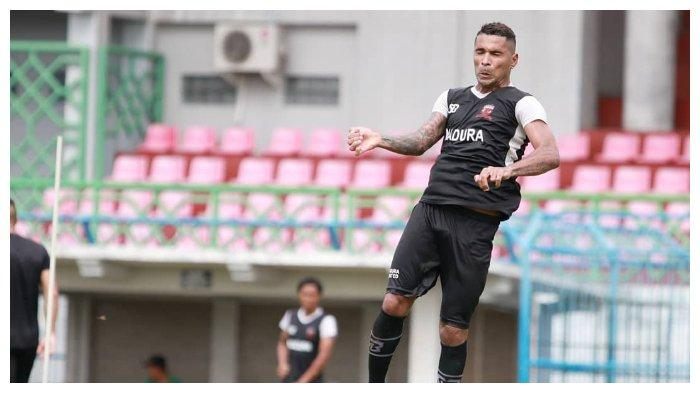 Pemain Madura United, Beto Goncalves terlihat sedang melakukan latihan di Stadion gelora Ratu Pamelingan jelang laga melawan Sriwijaya FC