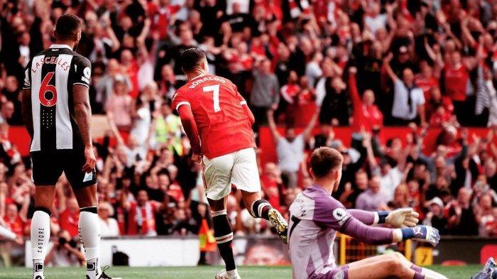 Pemain Manchester United, Cristiano Ronaldo setelah membobol gawang Newcastle United pada laga debutnya di Stadion Old Trafford, Sabtu (11/9/2021).