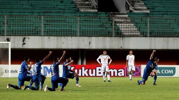 Pemain Persib Bandung melakukan selebrasi unik seusai menjebol gawang Persebaya Surabaya saat laga babak 8 besar Piala Menpora 2021 yang berakhir dengan skor 3-2 di Stadion Maguwoharjo Sleman, Minggu (11/04/2021) malam.