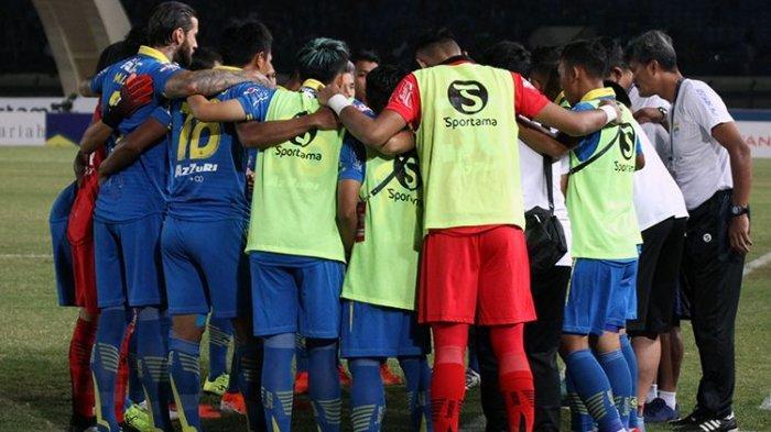 Pemain Persib Bandung mendapatkan instruksi dari pelatih Robert Alberts