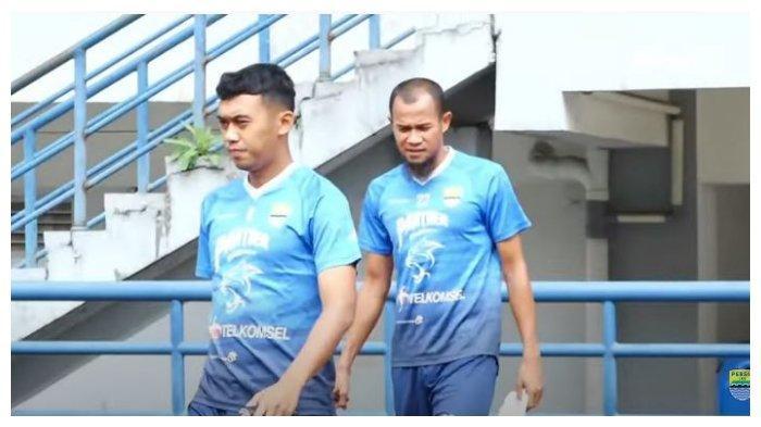 Pemain Persib Bandung Supardi Nasir dan Abdul Aziz berlatih di Stadion Gelora Bandung Lautan Api, Bandung, Rabu (7/4/2021).