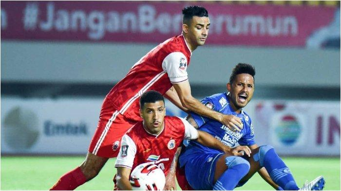 Pemain Persib Bandung Wander Luiz beradu dengan bek Persija Jakarta Otavio Dutra dan Yann Motta di Stadion Manahan Solo, Minggu (25/4/2021).