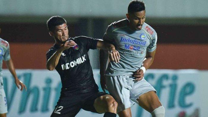 Pemain Persib Bandung, Wander Luiz berduel dengan pemain Persita Tangerang, Kevin Gomes di Stadion Maguwoharjo Sleman, Senin (29/3/2021).
