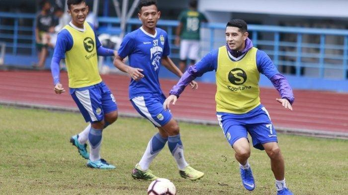 Penampilan Aneh Esteban Vizcarra saat Laga Persiwa Wamena Vs Persib Bandung, Atep Gabung Lagi?