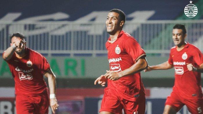 Pemain Persija Jakarta, Yann Motta bersama Marko Simic dan Otavio Dutra melakukan selebrasi setelah golnya ke gawang PSS SLeman pada laga perdana Liga 1 2021.