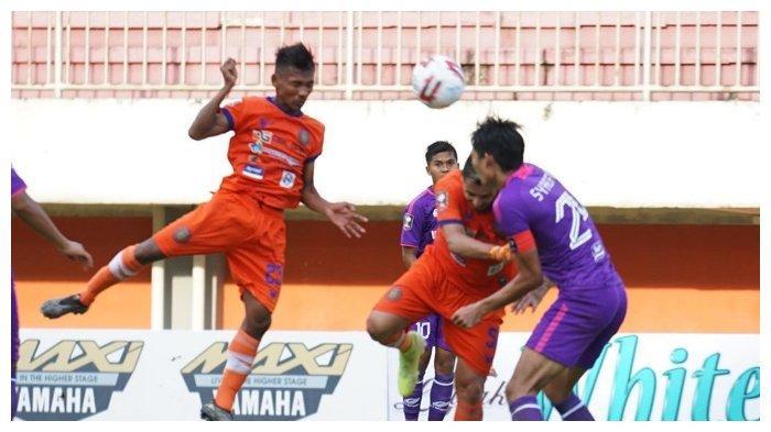 Pemain Persiraja Banda Aceh, Assanur Rijal menanduk bola saat melawan Persita Tangerang di Piala Menpora 2021 di Stadion Maguwoharjo, Sleman, Rabu (24/3/2021).
