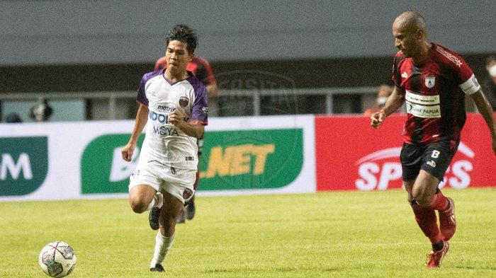 Pemain Persita Tangerang kala berhadapan dengan penggawa Persipura Jayapura di laga perdana Liga 1 2021. Persita Tangerang sukses menaklukan Persipura Jayapura di pekan perdana Liga 1 2021 dengan skor 2-1.