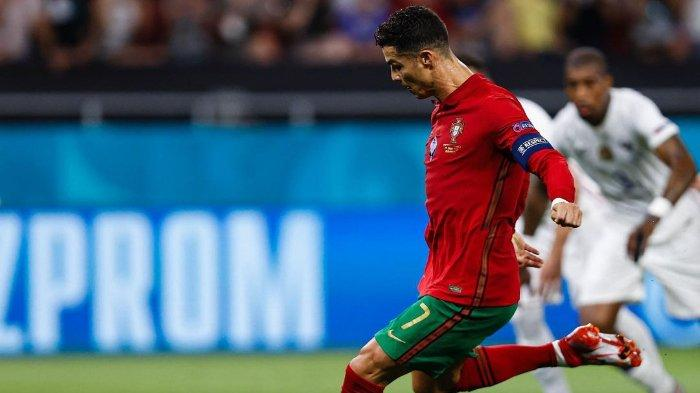 Pemain Portugal Cristiano Ronaldo mengeksekusi penalti ke gawang Prancis, pada matchday ketiga Grup F di Stadion Puskas Ferenc, Hungaria, Kamis (24/6/20210 )