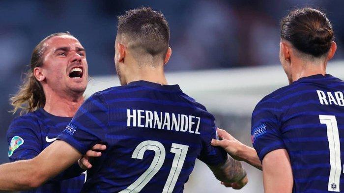 Pemain Prancis Lucas Hernández, Antoine Griezmann dan Adrien Rabiot merayakan gol ke gawang Jerman pada laga perdana grup F EURO 2020 di Stadion Futball Arena, Munich, Rabu (16/6/2021).