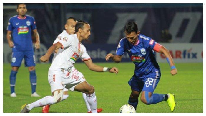 Pemain PSIS Semarang, Hari Nur Hariyanto dibayangi oleh pemain belakang Persija Jakarta, Rohit Chand.