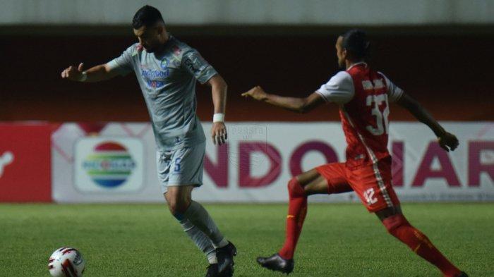 Pemain tengah Persib Bandung Farshad Noor dibayangi winger Persija Jakarta, Riko Simanjuntak di Stadion Maguwoharjo, Sleman, Kamis (22/4/2021).