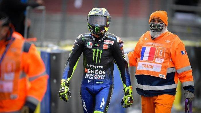 Pembalap Monster Energy Yamaha, Valentino Rossi, berjalan seusai terjatuh pada balapan MotoGP Prancis di Sirkuit Le Mans, Minggu (11/10/2020).