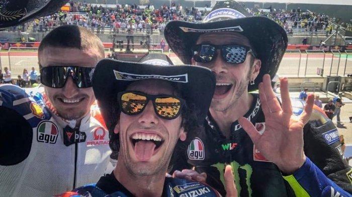 Pembalap Suzuki Ecstar, Alex Rins (tengah), berswafoto di podium dengan Valentino Rossi (kanan) dan Jack Miller usai balapan MotoGP Amerika di Sirkuit Americas, Texas, AS, Minggu (14/4/2019).