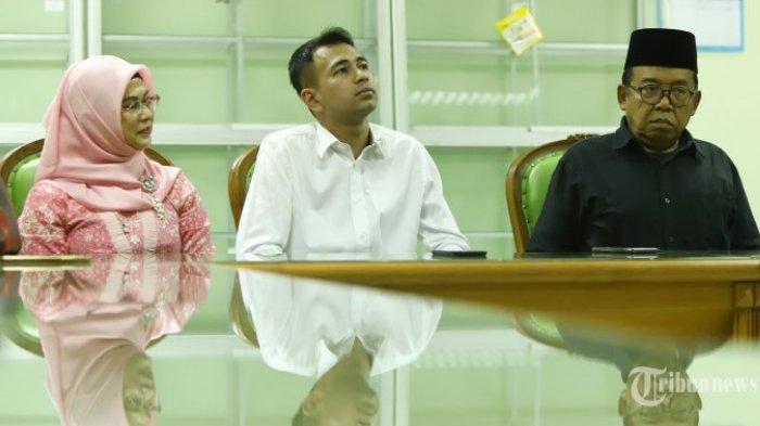 Pembawa acara Pesbukers Raffi Ahmad bersama Ketua Bidang Infokom Majelis Ulama Indonesia (MUI) KH Masduki Baidlowi (kanan) terkait teguran konten acara Pesbukers, di Jakarta, Kamis (30/5/2019). Kedatangan Raffi Ahmad mewakili artis pemain Pesbukers lainnya meminta maaf atas sikap dan perbuatannya yang dianggap melanggar norma kesopanan dan kesusilaan yang tak layak tayang di televisi.