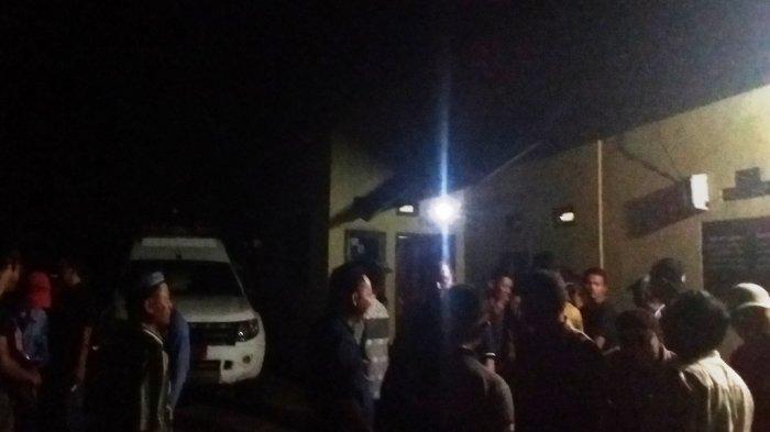 Warga berkumpul di depan rumah Bustori di Desa Cimanuk, Kecamatan Way Lima, Pesawaran, Lampung, Kamis, 30 Mei 2019 malam. Bustori dan anaknya ditemukan tewas di kamar rumahnya, sekitar pukul 14.00 WIB.