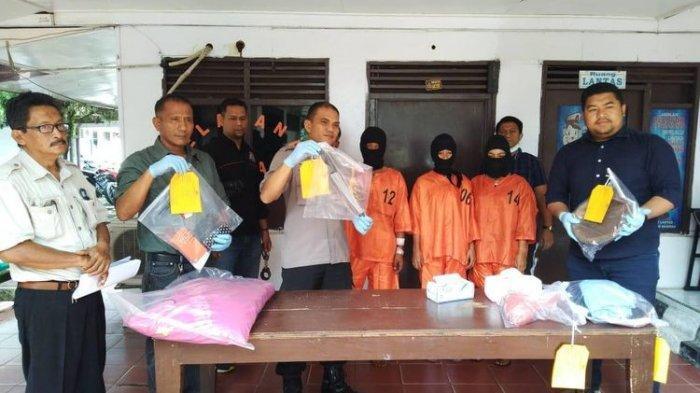 Rifna, AW dan HS berhasil diamankan oleh kepolisian setelah melakukan pembunuhan terhadap Salman (42) di Riau Senin (13/5/2019)