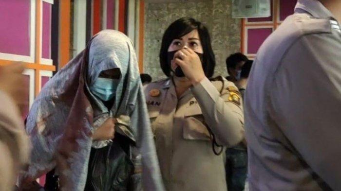Istri pelaku pembunuhan di Diva Family Karaoke Prabumulih ketika diamankan petugas kepolisian, Rabu (25/11/2020).