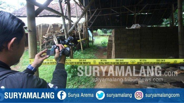 Jurnalis mengambil gambar lokasi pembunuhan Slamet (41) di Jalan Mayjen Sungkono Gang 9, Kota Malang, Rabu (20/2/2019). Slamet dibunuh temannya SR (56) akibat dendam karena sapinya diduga diracun korban.