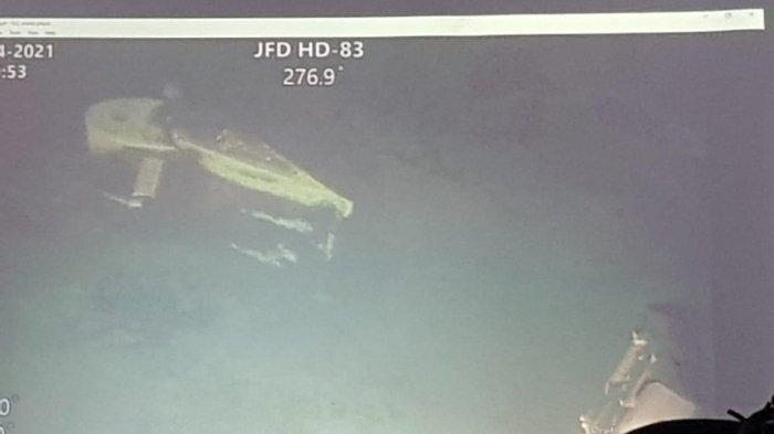 Penampakan kemudi horizontal kapal selam KRI Nanggala-402 di kedalaman 838 meter. KRI Nanggala-402 ditemukan dalam kondisi terpecah menjadi tiga bagian.
