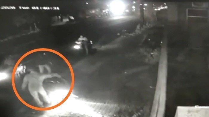 Penampakan penyerangan oleh sekelompok bercadar yang menimpa pesilat PSHT di Jalan Sumpah Pemuda, Kampung Genengan, Kelurahan Mojosongo, Kecamatan Jebres, Kota Solo, Selasa (15/9/2020) sekira pukul 02.15 WIB.