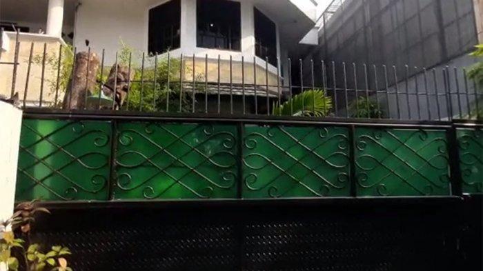 Penampakan rumah Susanti Teng di Balimester, Jatinegara, Jakarta Timur, Minggu (18/4/2021) pagi, yang disatroni perampok bersenjatakan airsoft gun. Lima tembakan dilesakkan pelaku berperawakan besar dan berambut ikal ke arah Sofyan, sopir pribadi Susanti Teng. Foto diambil pada Senin (19/4/2021).
