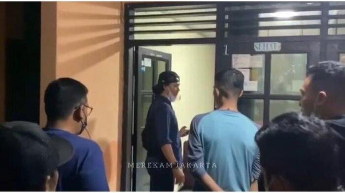 Proses penangkapan terduga pelaku pembakaran Al-Quran oleh Polisi dicapture dari akun Instagram @merekamjakarta pada Senin (24/5/2021). Polisi tangkap terduga pelaku penyebaran video pembakaran Al-Quran.