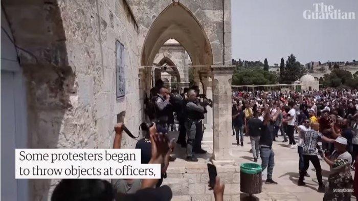 Penduduk Palestina melempari polisi Israel dengan benda-benda hingga menimbulkan bentrokan, Jumat (22/5/2021).