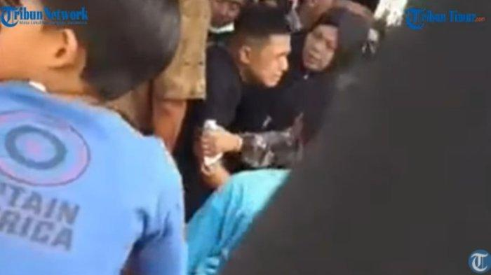Pengantin pria histeris dan pingsan setelah pengantin wanita meninggal saat akad nikah. Peristiwa terjadi di kawasan Kampung Melayu, Kelurahan Kampung Jua, Kecamatan Lubuk Bagalung, Kota Padang.