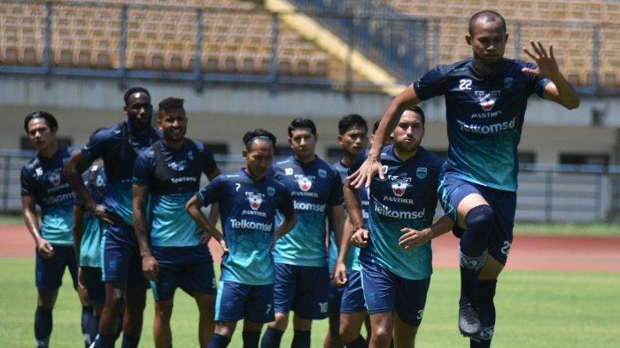 Penggawa Persib Bandung berlatih di Stadion Gelora Bandung Lautan Api pada Kamis (7/10/2021). Persib Bandung bawa 24 pemain untuk berlaga di seri kedua Liga 1 2021.