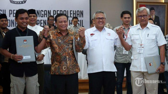 Ketua KPU Arief Budiman (kedua kanan) bersama Ketua Bawaslu Abhan (kedua kiri) dan Saksi dari Paslon nomor urut 01 dan 02 berjabat tangan usai pengumuman hasil rekapitulasi nasional pemilihan presiden di Gedung KPU, Jakarta, Selasa (21/5/2019) dini hari. Proses rekapitulasi nasional KPU untuk Pilpres dinyatakan selesai dengan pasangan nomor urut 01 meraih total 85.036.828 suara atau 55,50 persen dan pasangan nomor urut 02 meraih total 68.442.493 suara atau 44,50 persen dari jumlah suara sah sebesar 154.257.601 auara. TRIBUNNEWS/IRWAN RISMAWAN