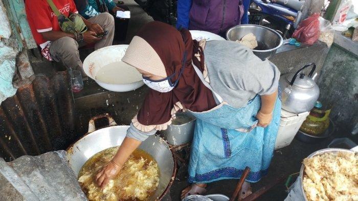 Sosok Sri Rejeki, Penjual yang Kebal Minyak Panas, Menggoreng di Minyak Mendidih Pakai Tangan Kosong