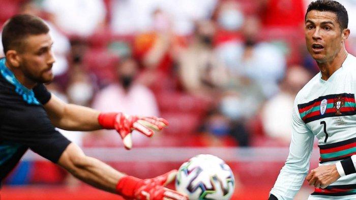 Penyerang Portugal Cristiano Ronaldo berhadapan dengan kiper Spanyol Unai Simon pada laga uji coba jelang EURO 2020, Sabtu (5/6/2021).