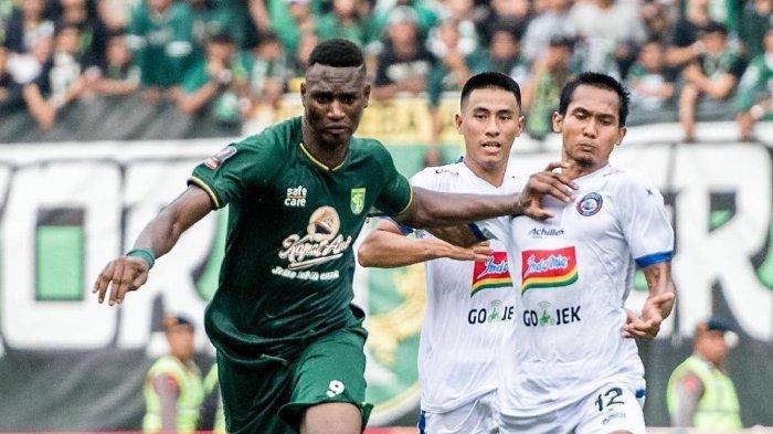 Penyerang asing Persebaya Surabaya, Amido Balde tengah mempertahankan bolanya dari pemain Arema FC di leg pertama Final Piala Presiden 2019, Selasa (9/4/2019).