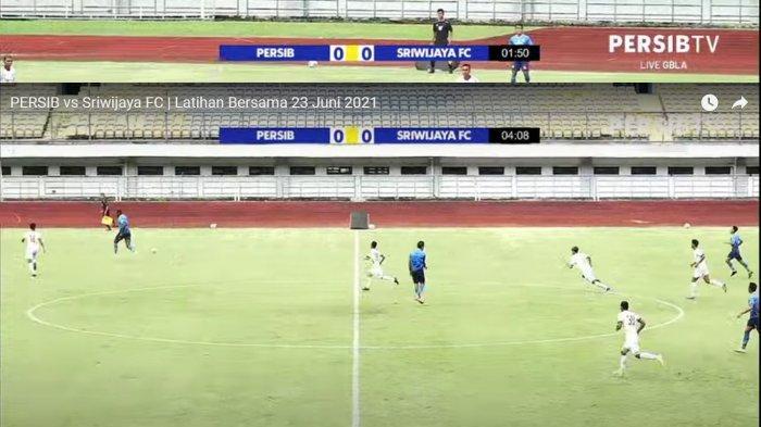 Pemain Persib Bandung Ezra Walian terpantau mengoper bola dengan ciamik ke rekannya sebagai serangan balik Maung Bandung pada pertandingan itu.