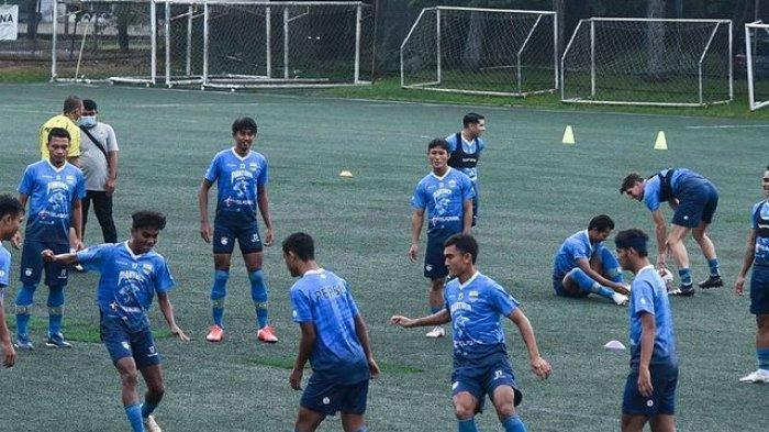 Penggawa Persib Bandung melakoni sesi latihan untuk meningkatkan kekuatan fisiknya dalam menghadapi kompetisi mendatang.