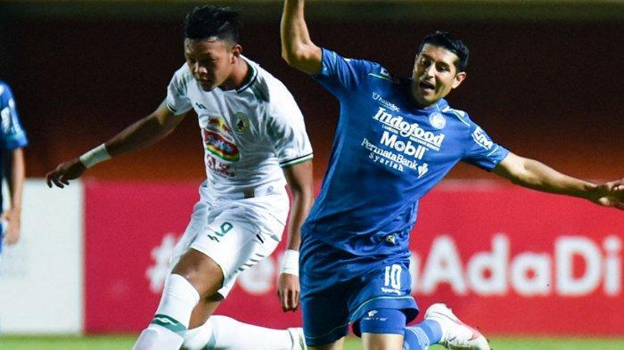 Pertandingan Persib Bandung vs PSS Sleman  dalam semifinal Piala Menpora 2021 di Stadion Maguwoharjo, Sleman, Jumat (16/4/2021) malam. Gelandang Esteban Vizcarra berebut bola dengan pemain PSS Sleman.