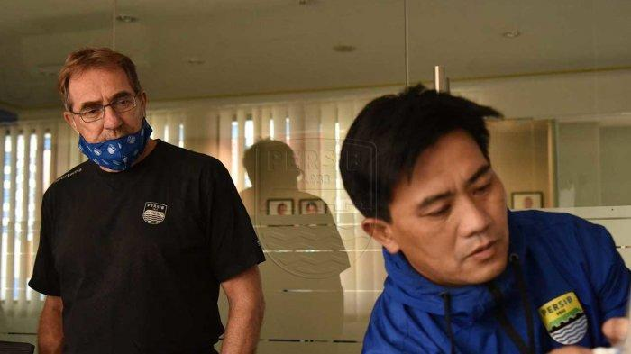 Pelatih Persib Bandung Robert Alberts (kiri) bersama pelatih fisik Persib Bandung Yaya Sunarya (kanan).