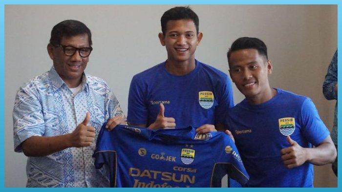 Komisaris PT Persib Bandung Bermartabat Kuswara S Taryono saat memperkenalkan dua pemain baru Persib Muchlis Hadi dan Gozali Siregar di Graha Persib, Jalan Sulanjana, Jumat (2/2/2018)