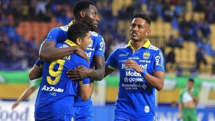 Selebrasi pemain Persib Bandung Geoffrey Castillion bersama Esteban Vizcarra dan Wander Luiz.
