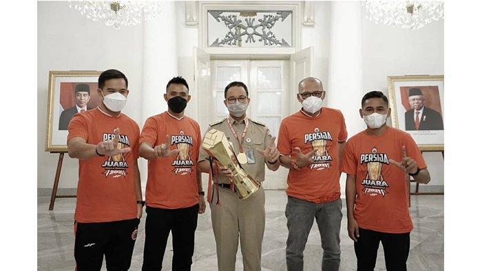 Andritany, Maman Abdurrahman, Anies Baswedan, Sudirman dan Ramdani Lestaluhu dalam postingan Instagram @aniesbaswedan pada 4 Mei 2021. Sinergi Pemerintah Provinsi dan Persija Jakarta.