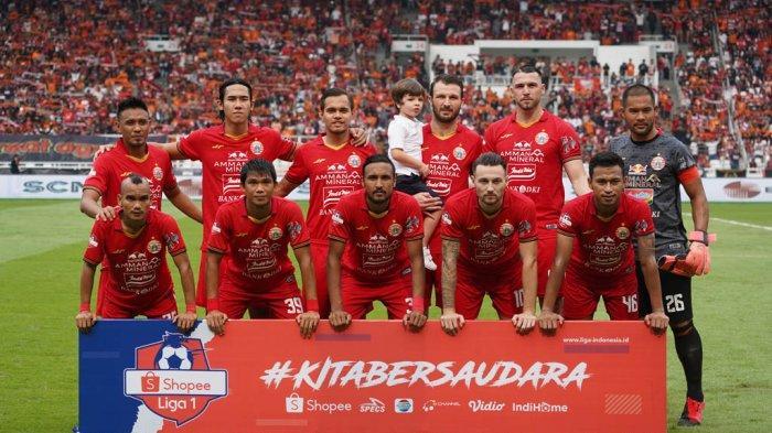 Punggawa Persija Jakarta saat berfoto di stadion yang dihadiri oleh The Jak Mania.