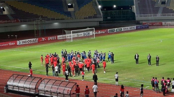 Para pemain Persija Jakarta saat menghampiri para pemain Persib usai pertandingan final Piala Menpora 2021 di Stadion Manahan, Solo, Minggu (25/4/2021).