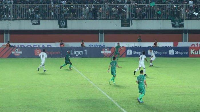 Pertandingan Arema FC Lawan PSS Sleman Sempat Ricuh, Hamka Hamzah Teriaki Aremania