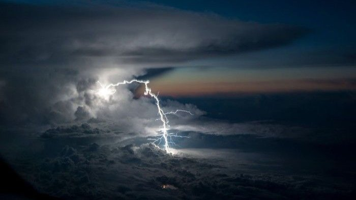 petir-difoto-dari-atas-awan-oleh-seorang-pilot_20171229_222825.jpg