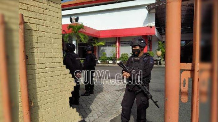 Petugas berjaga di halaman Kantor DPRD Kota Kediri menyusul penemuan tas hitam mencurigakan, Senin (12/4/2021).