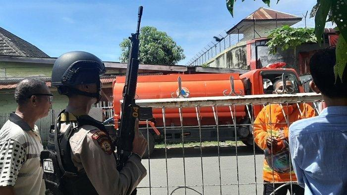 Petugas bersenjata laras panjang mengamankan Rutan Kelas II Sigli, Pidie, Senin (3/5/2019). Terjadi kerusahan dan kebakaran di rutan tersebut. Diduga rutan dibakar para narapidana.