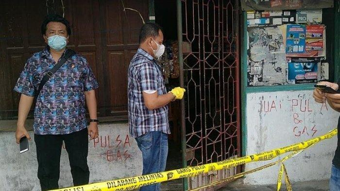Petugas kepolisian melakukan penyelidikan selepas ditemukannya wanita paruh baya tewas bersimbah darah, Kamis (6/5/2021).