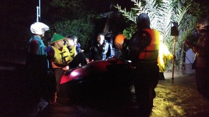 petugas-melakukan-evakuasi-warga-yang-terdampak-luapan-sungai-yogyakarta.jpg
